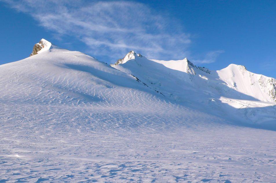 Verschneite Bergspitzen im Winter