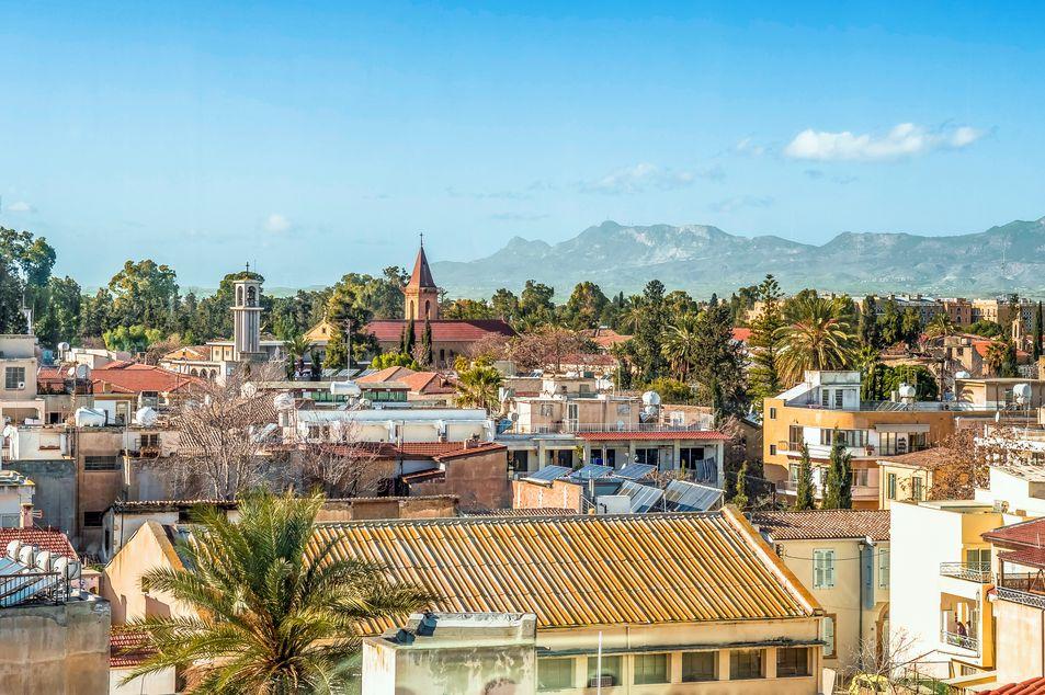 Blick über die Stadt auf das Troodos-Gebirge