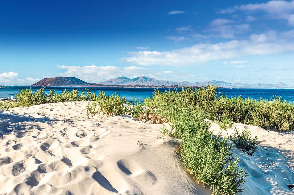 Vue de la plage de Corralejo sur Lobos et Lanzarote