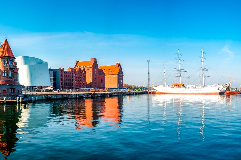 Vue sur le port et le trois-mâts «Gorch Fock»