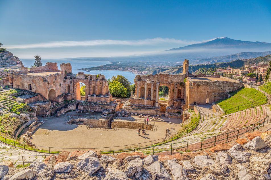 Griechisch-römisches Theater von Taormina mit dem Vulkan Ätna im Hintergrund