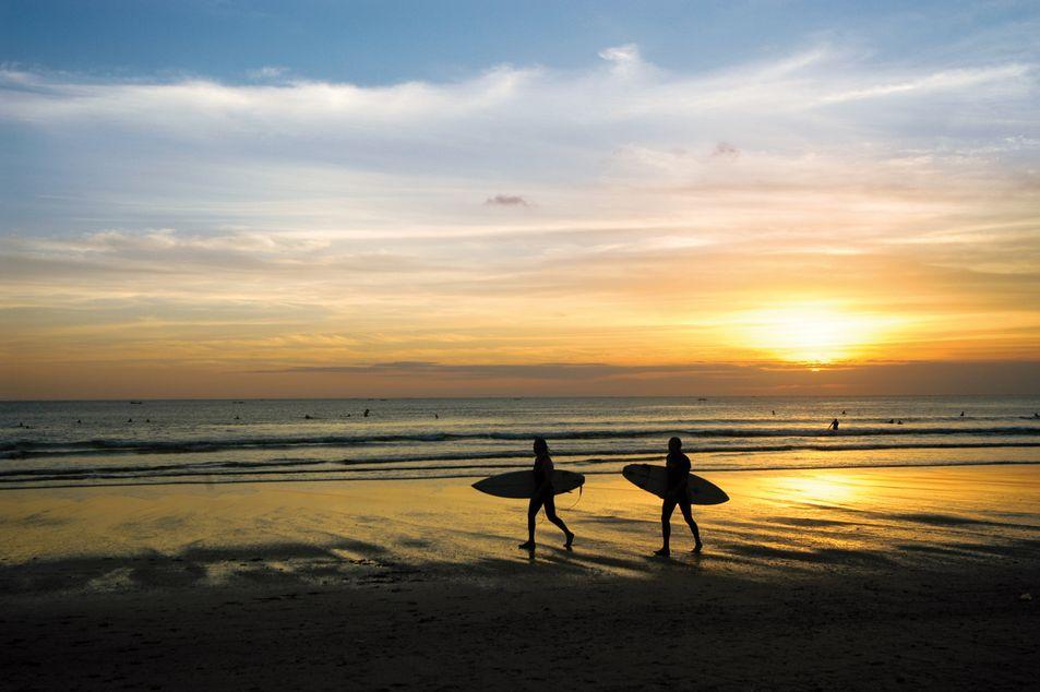 Surfer im Sonnenuntergang