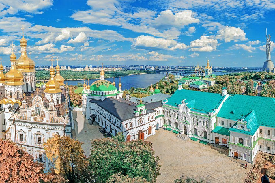 Blick über das Höhlenkloster und die Mutter-Heimat-Statue in Kiew