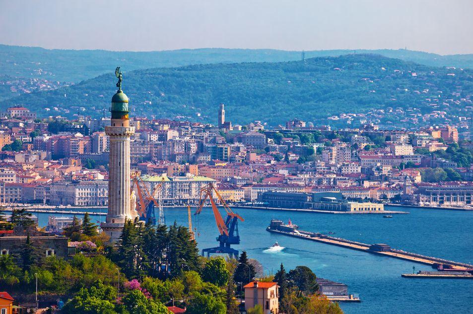 Faro della Vittoria und Hafen von Trieste