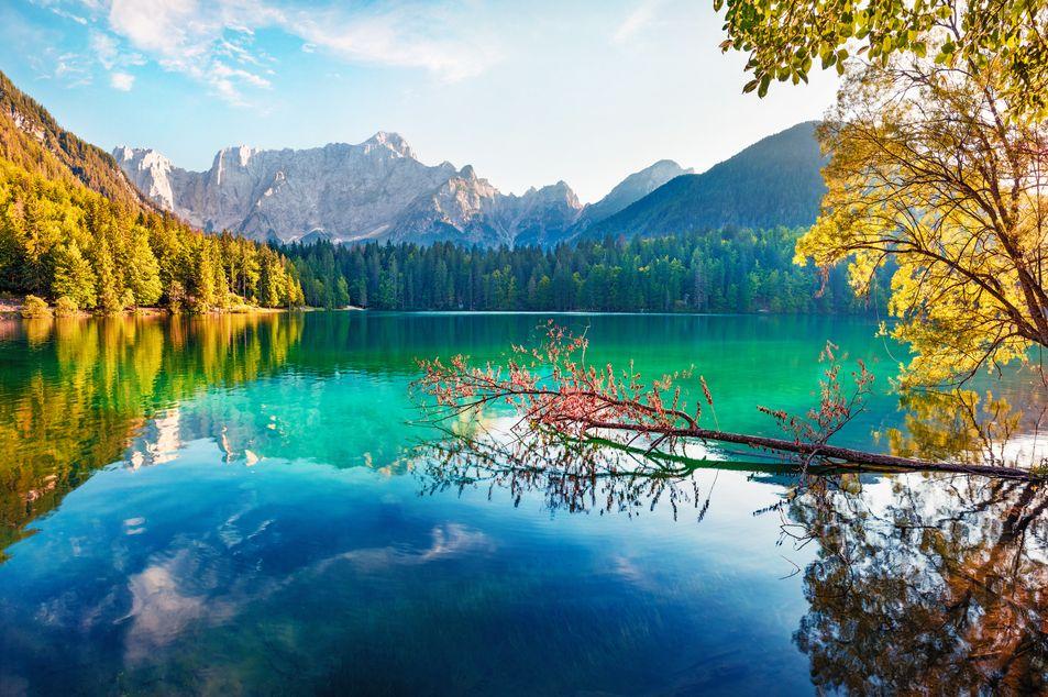 Lac Fusinian avec le pic Mangart en arrière-plan